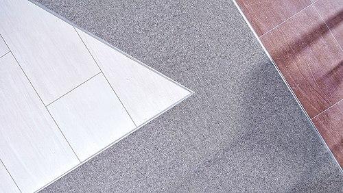 Materialmix setzt fliesenausstellung in szene tretford teppiche - Fliesen scheld ...